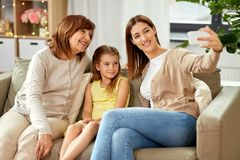 Madre, derivato e nonna prendenti selfie fotografia stock