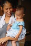 Madre desconocida con el niño Imágenes de archivo libres de regalías