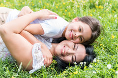 Madre despreocupada que abraza a su niño con amor Fotografía de archivo libre de regalías