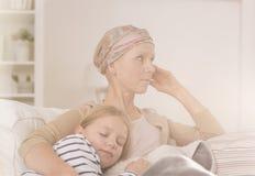 Madre después del niño de abarcamiento de la quimioterapia Imagen de archivo libre de regalías