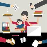 Madre di funzionamento con il bambino in offiice di affari Persona a funzioni multiple Fotografie Stock Libere da Diritti