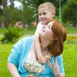Madre di risata ed suo figlio di quattro anni Immagine Stock Libera da Diritti