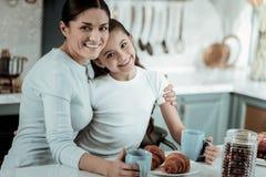 Madre dolce e figlia che spendono insieme un giorno immagine stock libera da diritti