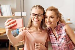 Madre dulce e hija que presentan para un selfie Imágenes de archivo libres de regalías