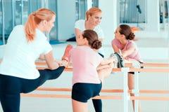 Madre e adolescente al club di dancing Immagini Stock Libere da Diritti