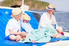 Madre e bambini all'yacht di lusso Fotografia Stock
