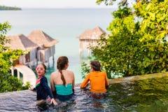 Madre e bambini alla piscina Fotografia Stock