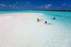 Madre e bambini alla spiaggia tropicale immagine stock