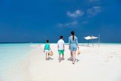 Madre e bambini alla spiaggia tropicale Immagini Stock Libere da Diritti