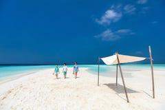 Madre e bambini alla spiaggia tropicale Immagine Stock Libera da Diritti