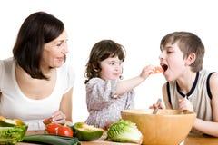 Madre e bambini che cucinano alla cucina Fotografia Stock