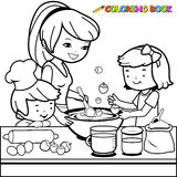 Madre e bambini che cucinano nella pagina del libro da colorare della cucina Fotografia Stock