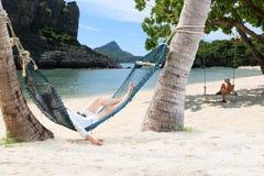 Madre e bambini che riposano su un'amaca dalla spiaggia Fotografia Stock Libera da Diritti