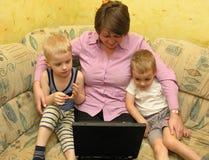 Madre e bambini con il taccuino Immagine Stock