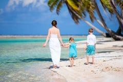 Madre e bambini su un'isola tropicale Fotografia Stock