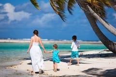 Madre e bambini su un'isola tropicale Immagine Stock