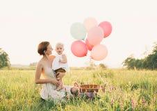 Madre e bambino all'aperto Famiglia sulla natura fotografie stock libere da diritti