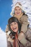 Madre e bambino all'inverno Immagine Stock