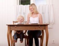 Madre e bambino alla Tabella Fotografie Stock Libere da Diritti