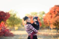 Madre e bambino che camminano per dirigersi Le loro vite familiari nella foresta sono un silvicoltore Il genitore utilizza questo fotografia stock