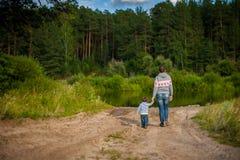 Madre e bambino che camminano sulla riva Fotografia Stock