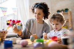Madre e bambino che elaborano su Pasqua fotografia stock libera da diritti
