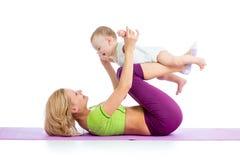 Madre e bambino che fanno ginnastica Fotografia Stock Libera da Diritti