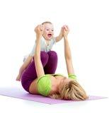 Madre e bambino che fanno gli esercizi di forma fisica e di ginnastica Fotografia Stock Libera da Diritti