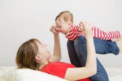 Madre e bambino che giocano a casa Fotografie Stock Libere da Diritti