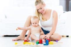 Madre e bambino che giocano con i blocchi Immagini Stock Libere da Diritti