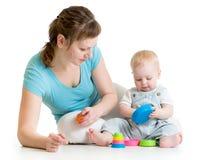 Madre e bambino che giocano con i giocattoli isolati su bianco immagini stock