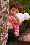 Madre e bambino che giocano peekaboo Fotografie Stock Libere da Diritti