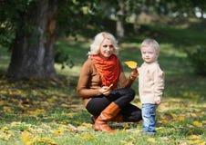 Madre e bambino che hanno divertimento Fotografie Stock Libere da Diritti