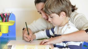 Madre e bambino che hanno tempo homeschooling archivi video