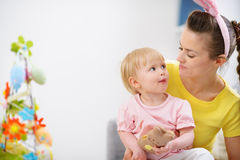 Madre e bambino che mangiano il biscotto del coniglio di Pasqua Immagini Stock Libere da Diritti
