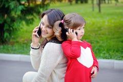 Madre e bambino che parlano sul telefono fotografia stock libera da diritti
