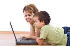 Madre e bambino che praticano il surfing insieme la rete Immagine Stock Libera da Diritti
