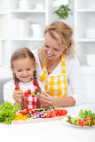 Madre e bambino che preparano alimento Fotografia Stock