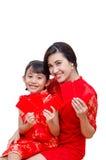 Madre e bambino che tengono i soldi rossi del pacchetto fotografie stock