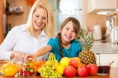 Madre e bambino con i lotti della frutta Fotografia Stock