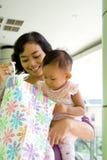 Madre e bambino con il sacchetto di acquisto immagini stock