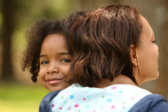 Madre e bambino dell'afroamericano immagini stock