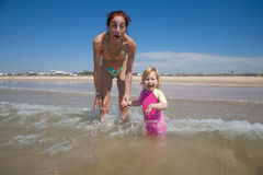 Madre e bambino di risata all'oceano Immagini Stock Libere da Diritti