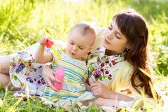 Madre e bambino divertendosi all'aperto Fotografia Stock Libera da Diritti