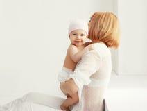 madre e bambino felici a casa insieme nella stanza bianca Immagini Stock