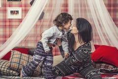 Madre e bambino felici della famiglia insieme a casa nel atmosp accogliente Fotografie Stock