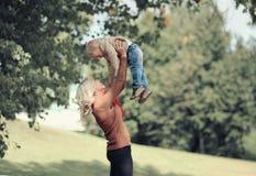 Madre e bambino felici della foto di autunno di stile di vita Fotografie Stock Libere da Diritti