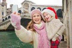 Madre e bambino felici in Santa Hat che prende selfie a Venezia Immagini Stock Libere da Diritti
