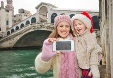 Madre e bambino felici in Santa Hat che prende selfie a Venezia Immagine Stock