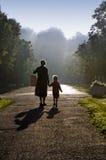 Madre e bambino in mattina nebbiosa Sun Fotografie Stock